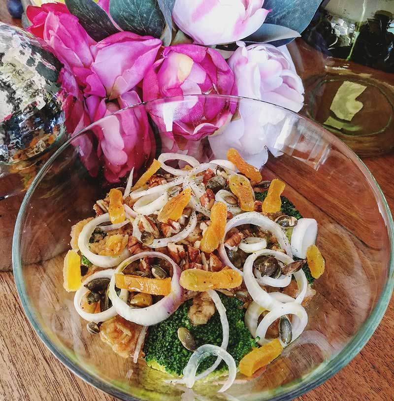 Ensalada de brócoli con hummus de boniato y naranja