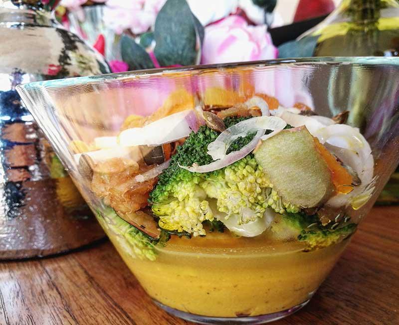 Ensalada de brócoli y manzana con hummus de boniato y naranja