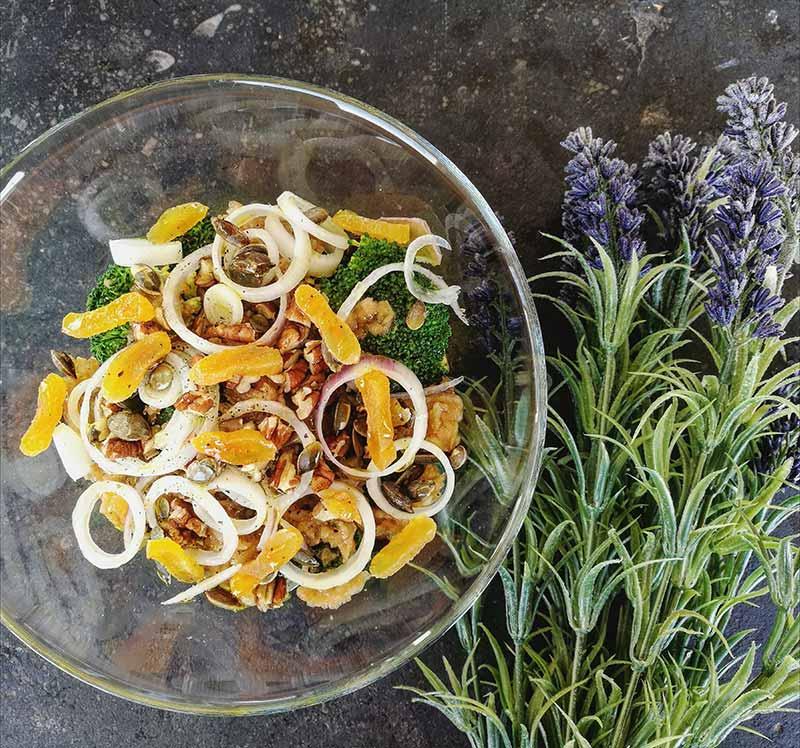 Salade de brocoli avec hummus
