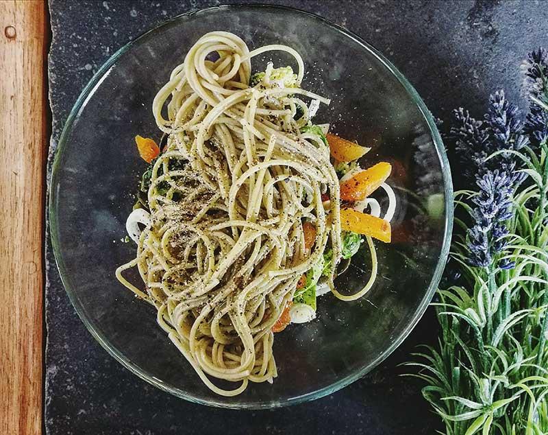 Pesto rouge avec des spaghettis vegans