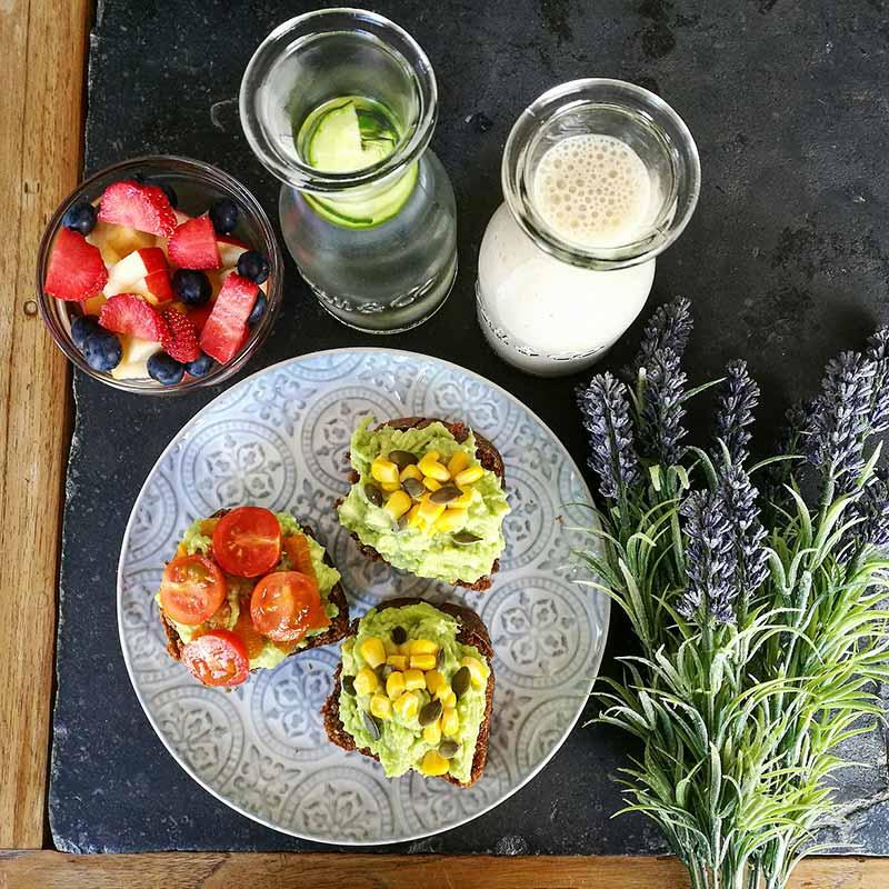 Un desayuno vegano: tostadas de pan germinado con guacamole