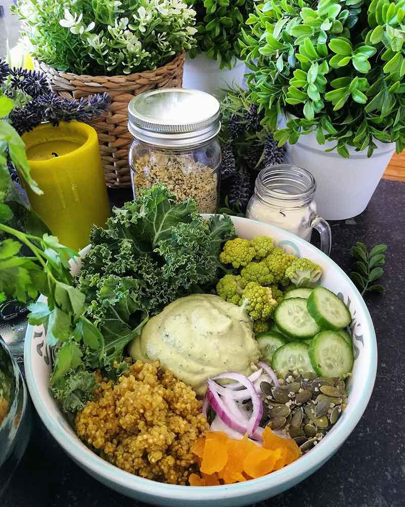 Le mindfulness et l'alimentation: salade vegan avec quinoa, crème fraîche, concombre, gingembre
