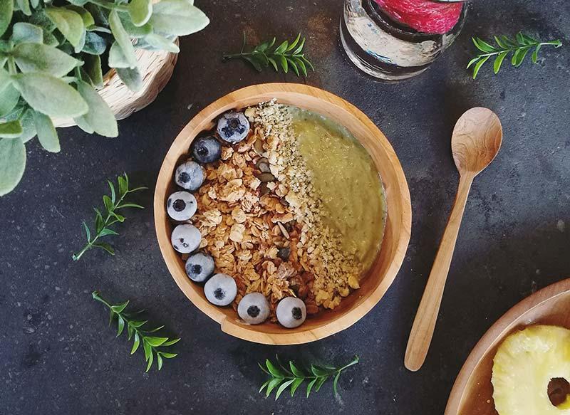 Smoothie bowl de aguacate: receta vegana
