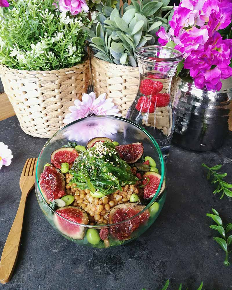 Ensalada vegana super proteica con lentejas, edamame y algas wakame