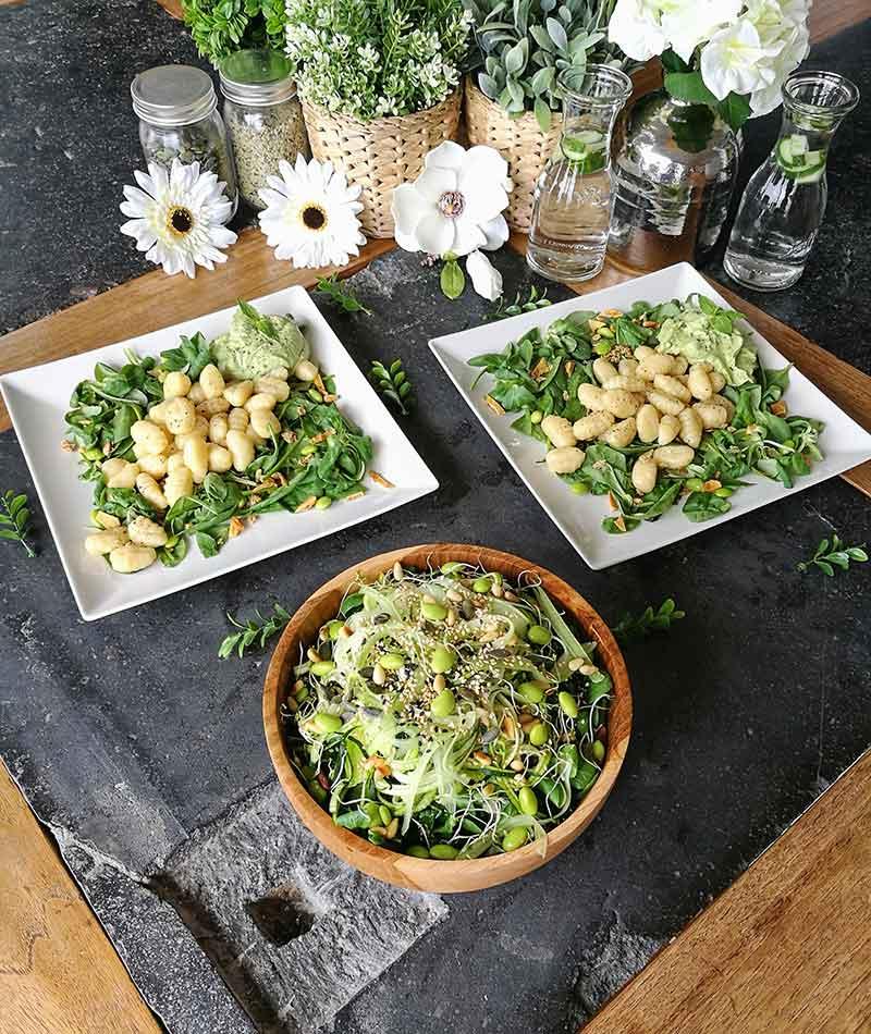 Pesto de aguacate y macadamia con ñoquis: receta vegana