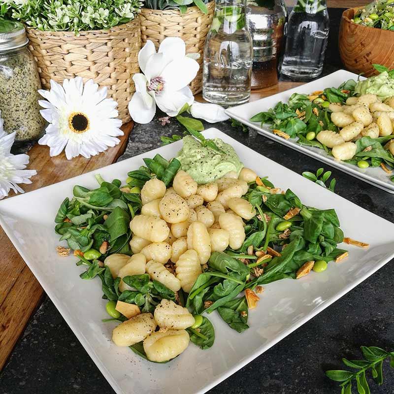 Pesto de aguacate y macadamia con ñoquis de quinoa